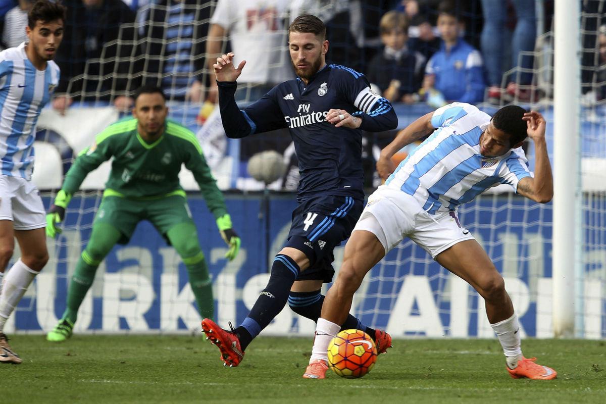 Sergio Ramos disputa un balón en La Rosaleda. (EFE)