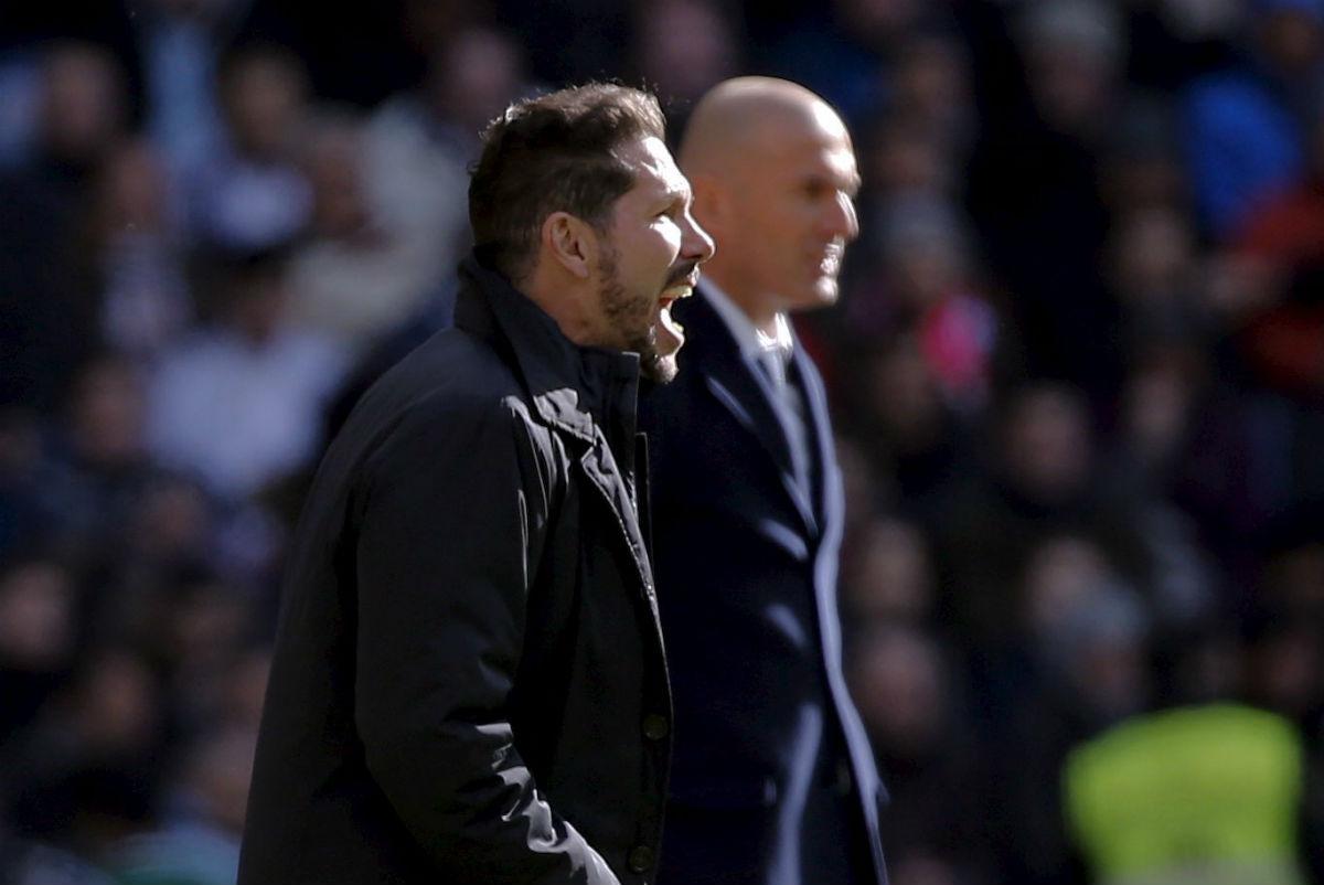Simeone da órdenes desde el banquillo. (AFP)