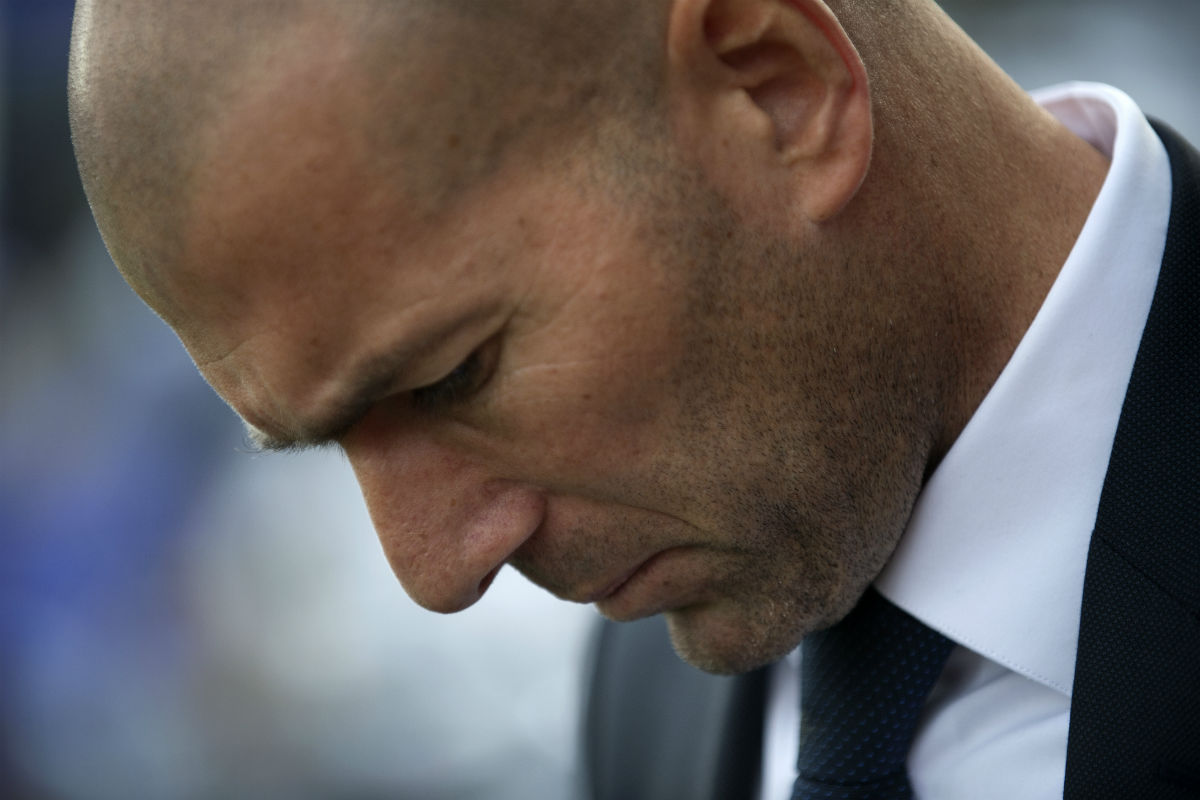 Zidane, cabizbajo en el banquillo. (AFP)