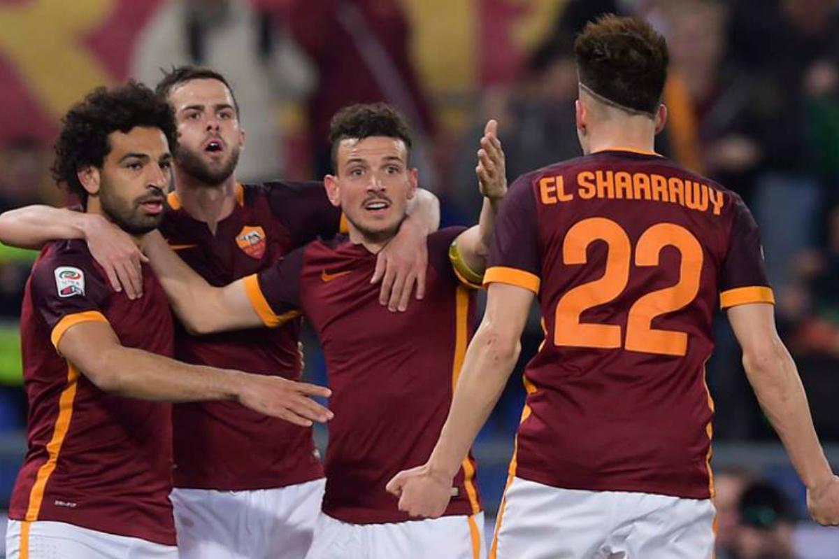 Los jugadores de la Roma celebran un gol
