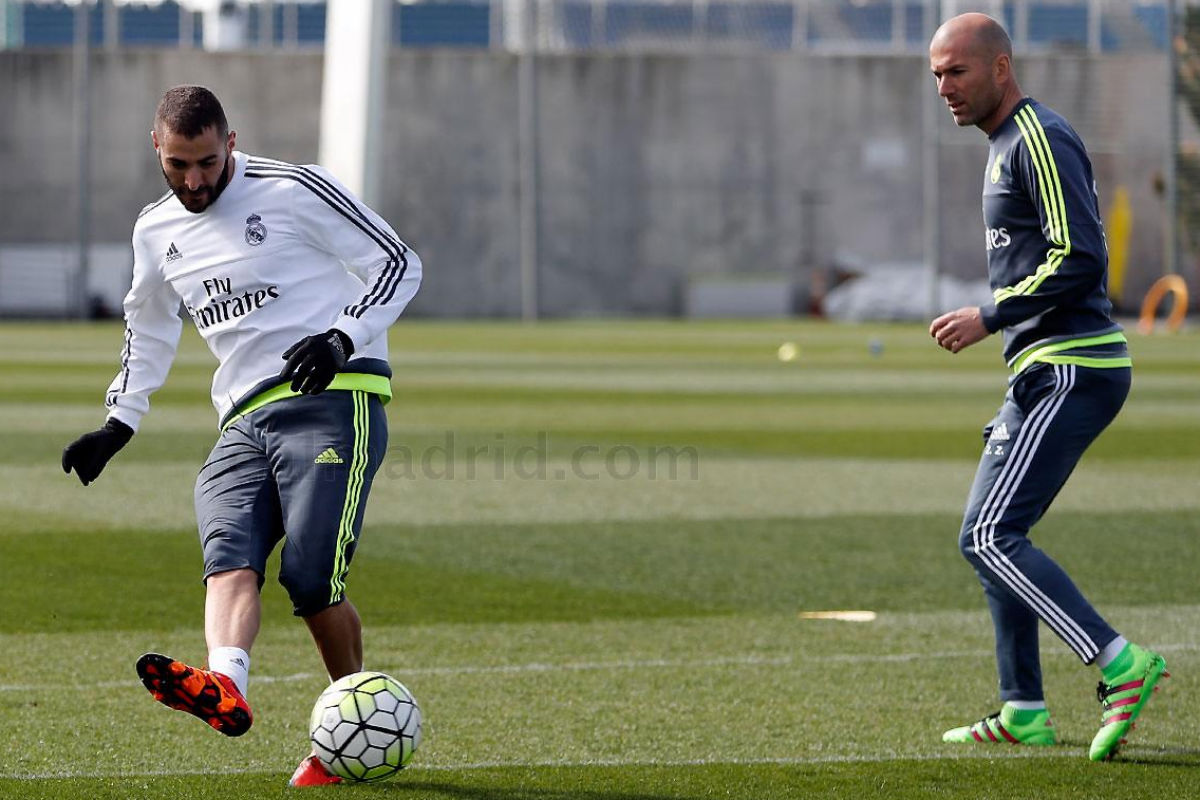 Karim Benzema y Zinedine Zidane en un entrenamiento. (Imagen: realmadrid.com)