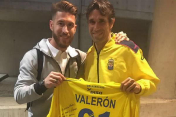 Sergio Ramos, posando junto a Valerón y su camiseta dedicada