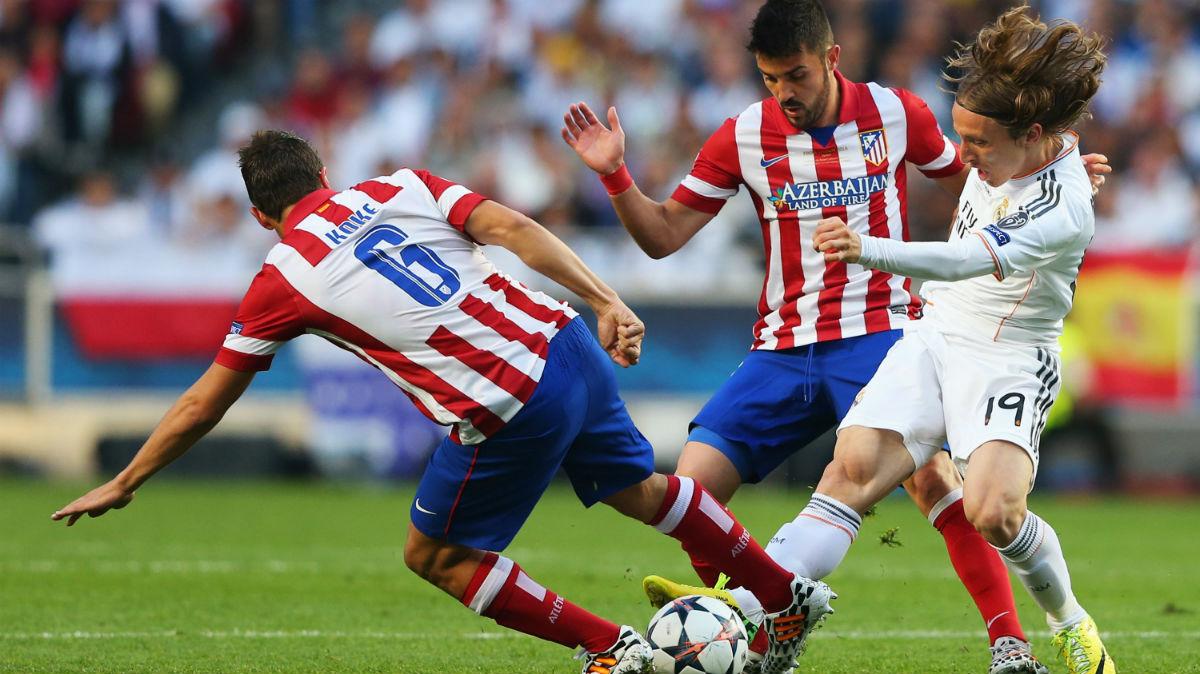 Luka Modric, presionado por dos jugadores del Atlético en la final de Lisboa. (Getty)