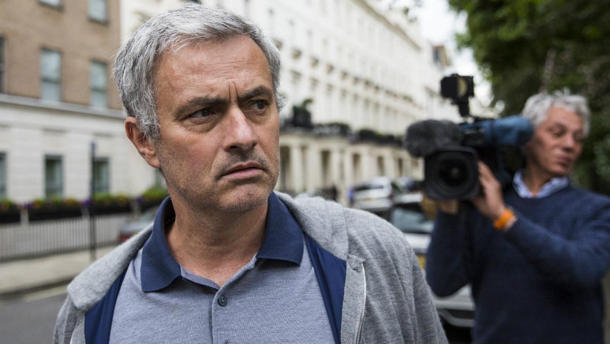 Jose Mourinho, perseguido por los fotógrafos en Londres. (Getty)