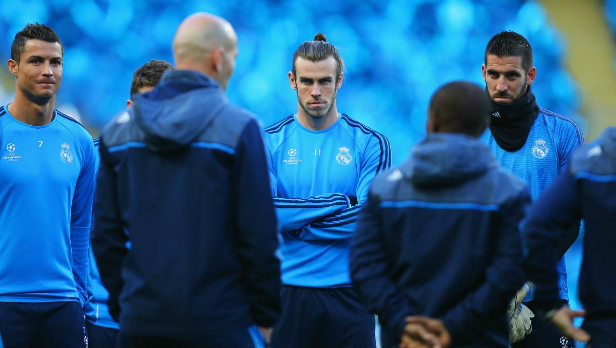 Zidane se dirige a Cristiano y Bale durante un entrenamiento. (Getty)