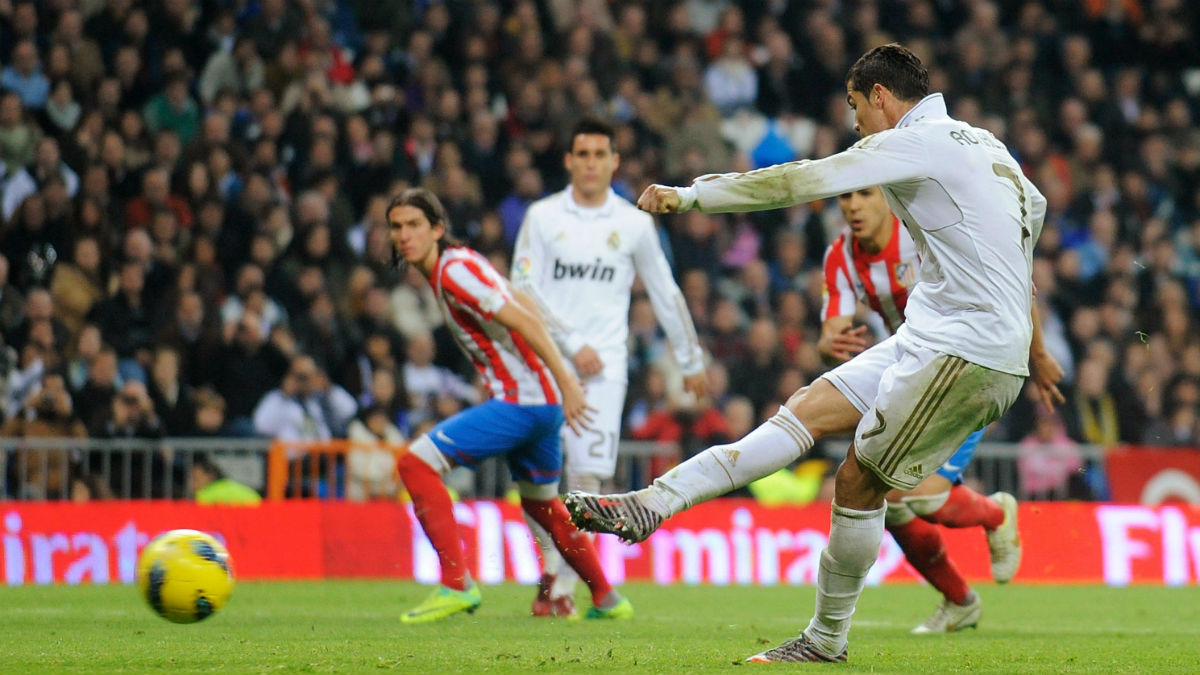 Cristiano tira un penalti contra el Atlético. (Getty)
