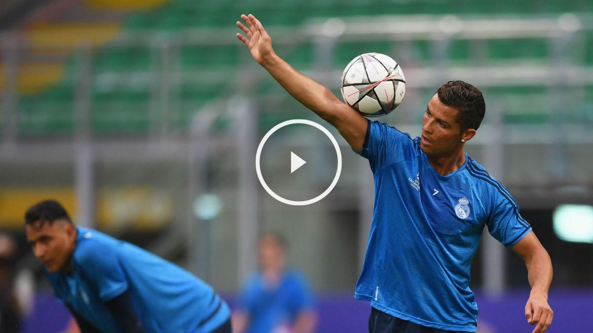 Cristiano Ronaldo hace malabares con el balón en San Siro. (Getty)