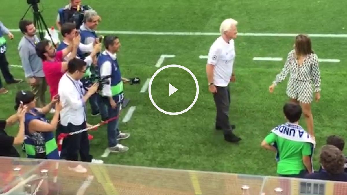 Richard Gere, rodeado de fotógrafos con la camiseta del Real Madrid.