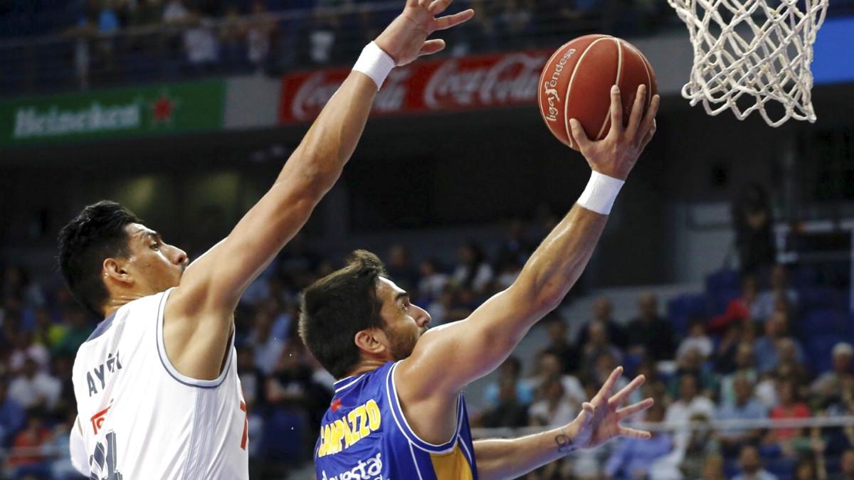 Ayón defiende a Campazzo en el primer partido del playoff entre Real Madrid y UCAM Murcia. (EFE)
