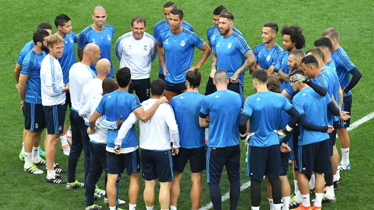 Zidane habla con los jugadores en el césped de San Siro. (AFP)