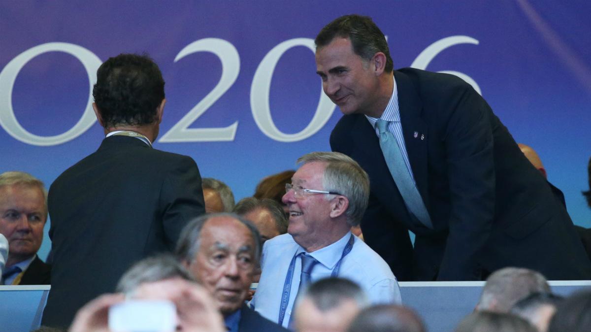 El Rey Felipe VI saluda en el palco a Fabio Capello. (Reuters)