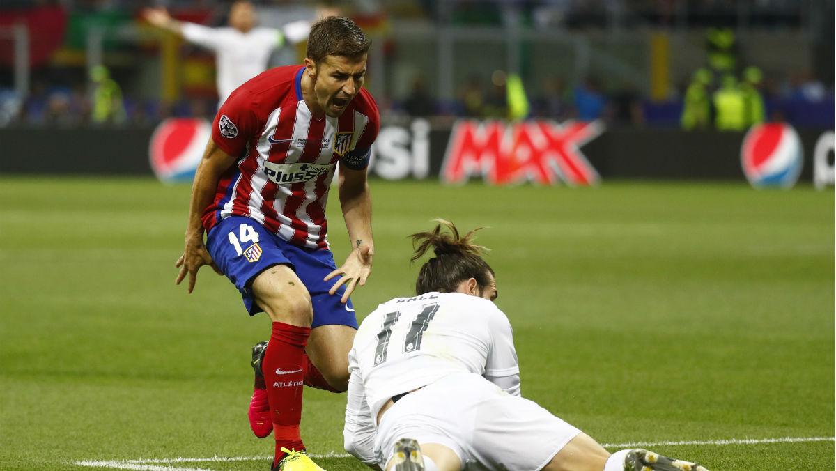 Gabi comete falta sobre Bale. (Reuters)