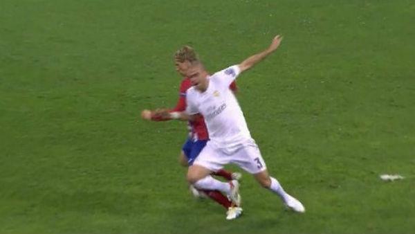 Pepe cometió un penalti absurdo sobre Fernando Torres.