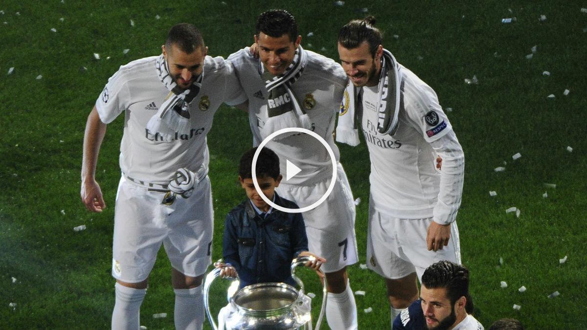 Cristiano posa con su hijo, Benzema y Bale. (Real Madrid Televisión)