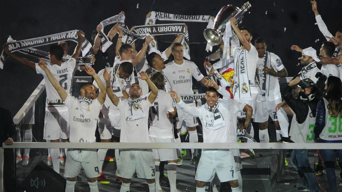 Los jugadores celebran la Champions en el Bernabéu. (AFP)