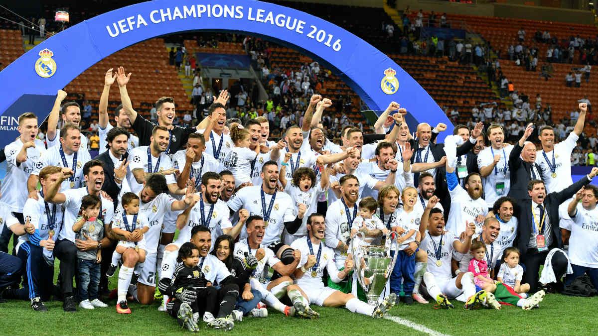 El Real Madrid celebra la Undécima en el césped de San Siro. (AFP)