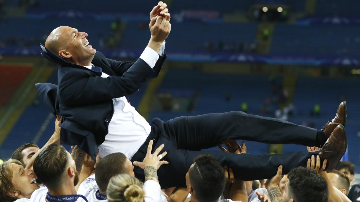 Zidane, manteado por sus jugadores en San Siro. (Reuters)