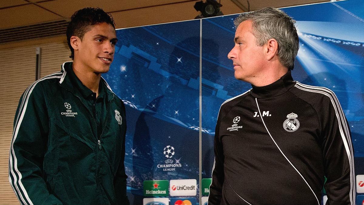 Varane, junto a Mourinho en su etapa en el Real Madrid. (Getty)