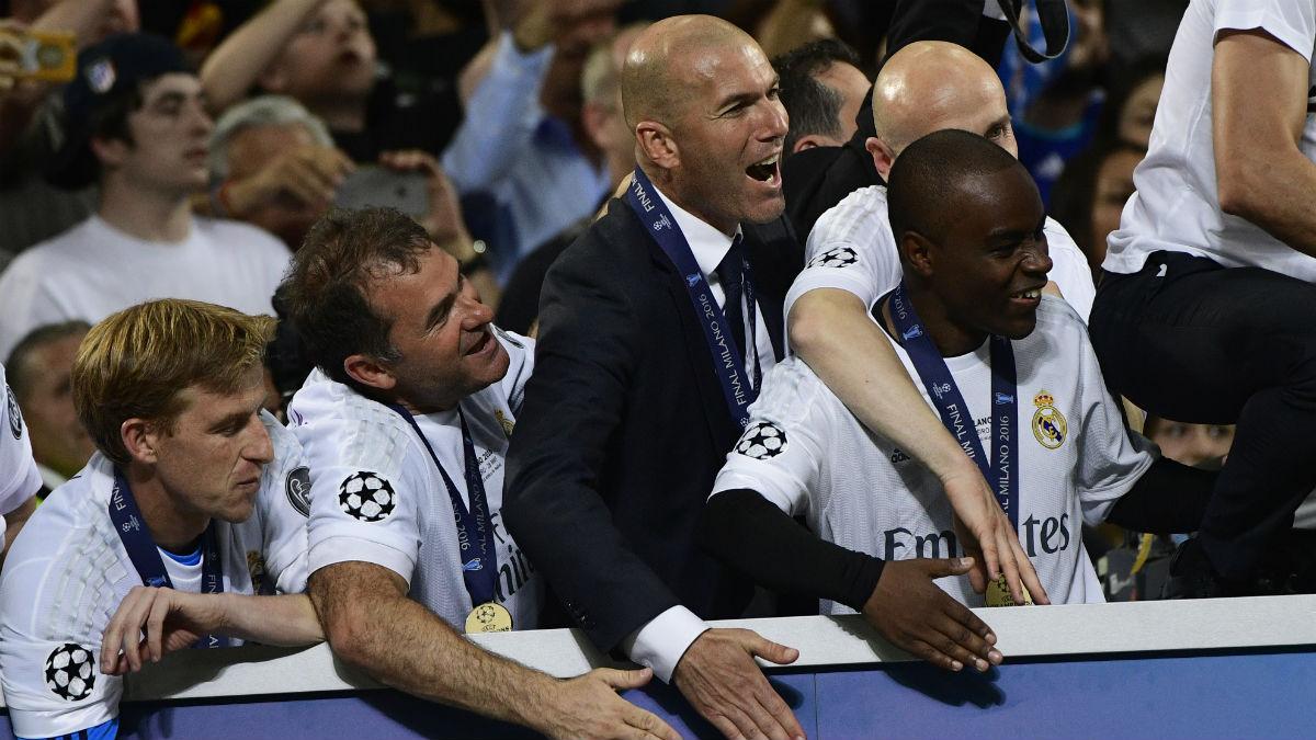 Los ayudantes de Zidane celebran la Undécima. (AFP)