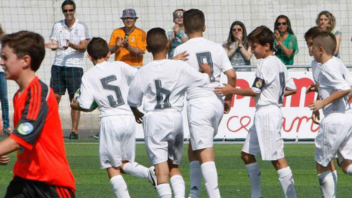 El Real Madrid Alevín A celebra un gol ante la Real Sociedad. (Realmadrid.com)