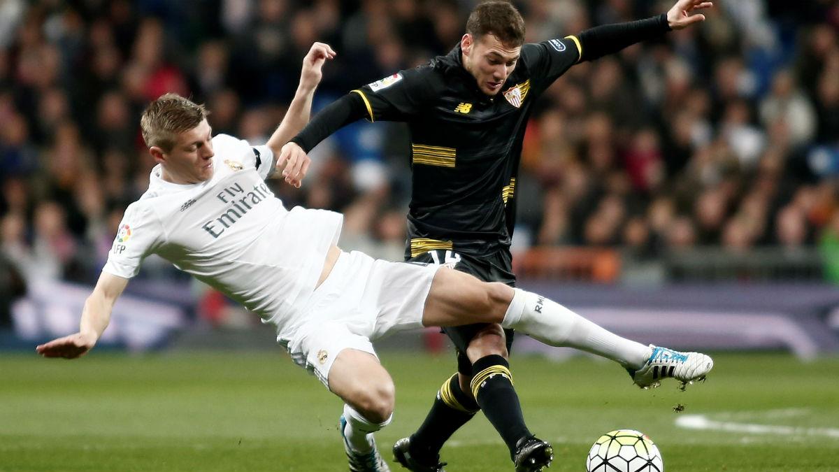 Kroos disputa un balón en un partido contra el Sevilla. (Getty)