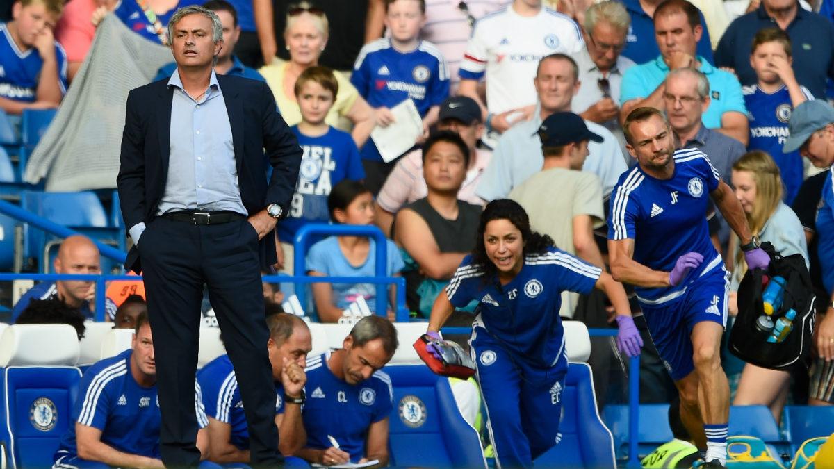 Mourinho y Eva Carneiro durante el partido del Chelsea que provocó el enfado. (Getty)