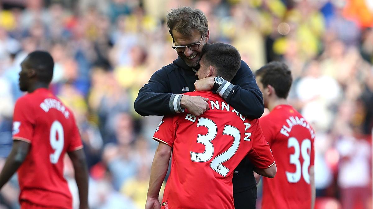 Brannagan, abrazado a Klopp tras un encuentro del Liverpool.