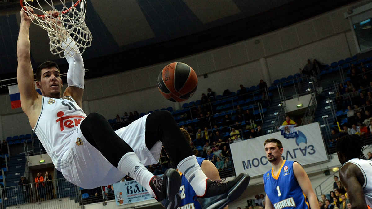 Willy Hernangómez realiza un mate en la presente edición de la Euroliga. (AFP)