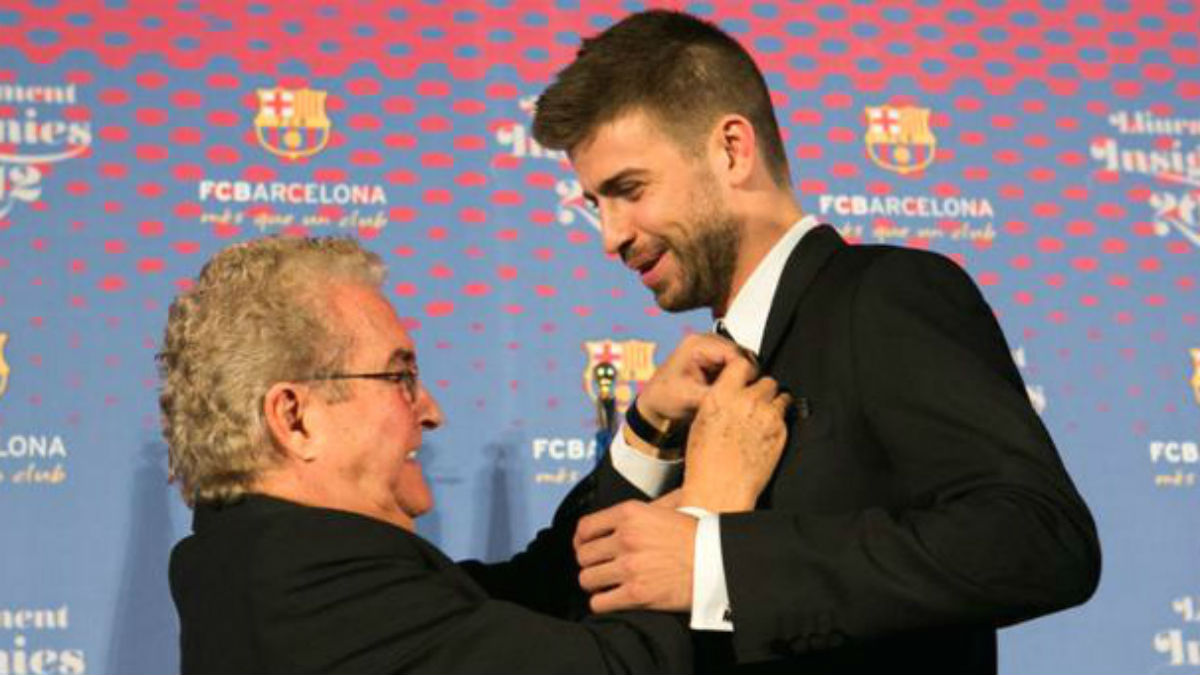 Amador Bernabéu pone la insignia del Barcelona a su nieto Piqué. (fcbarcelona.cat)