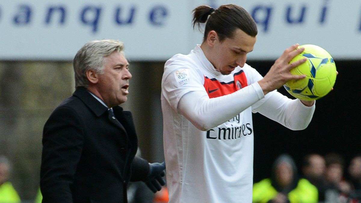 Ancelotti da instrucciones a Ibrahimovic en un partIdo del PSG. (AFP)