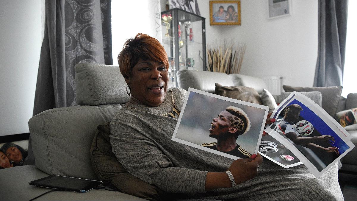 Yeo Moriba, madre de Pogba, enseña una fotografía de su hijo. (AFP)
