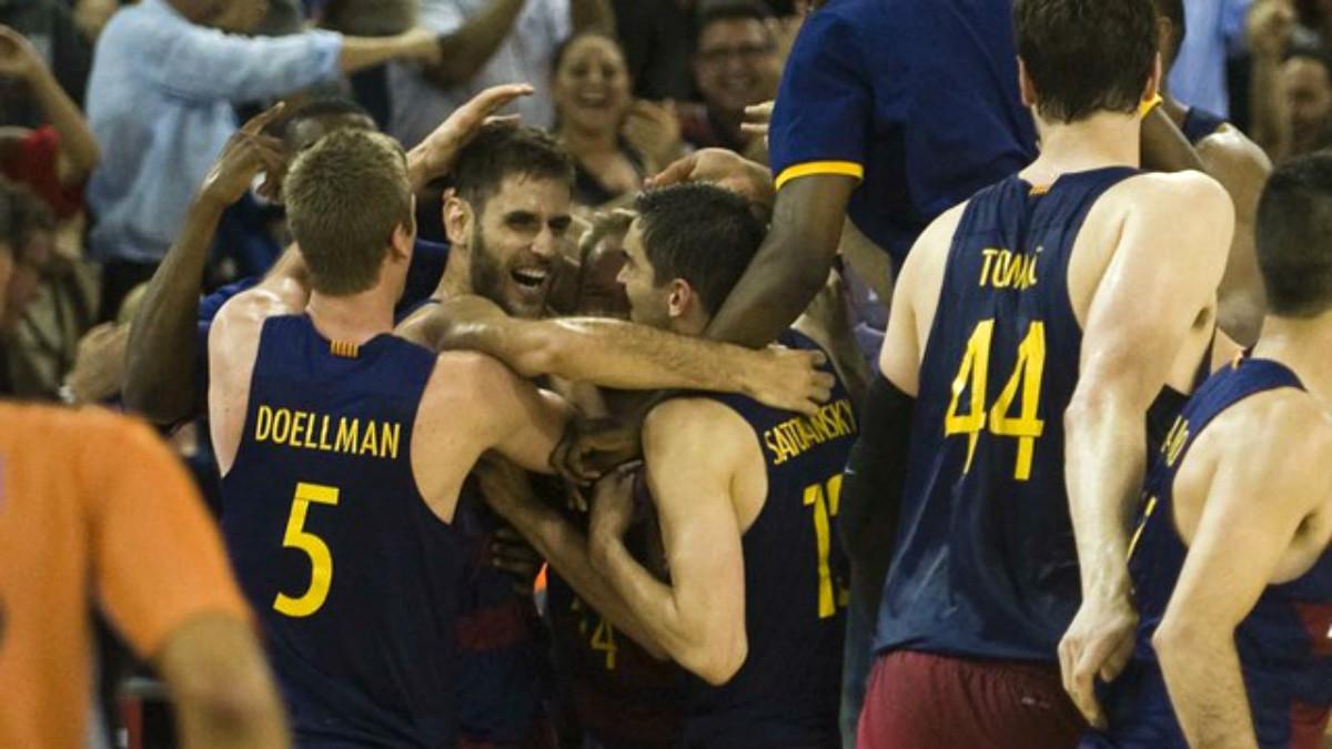 Los jugadores del Barça celebran la victoria ante el Real Madrid. (fcbarcelona.cat)