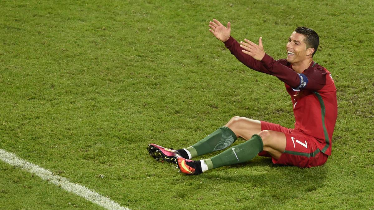 Cristiano Ronaldo se lamenta tras fallar una ocasión ante Islandia. (AFP)