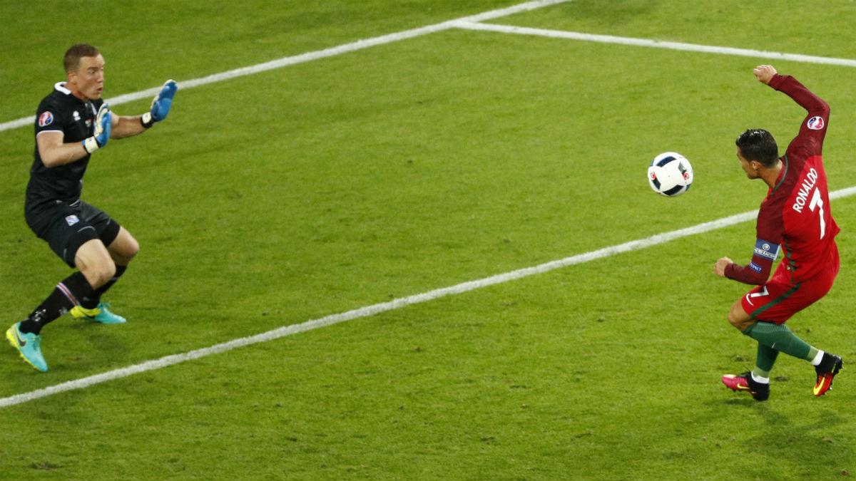 Cristiano Ronaldo falla un gol ante Islandia. (Reuters)