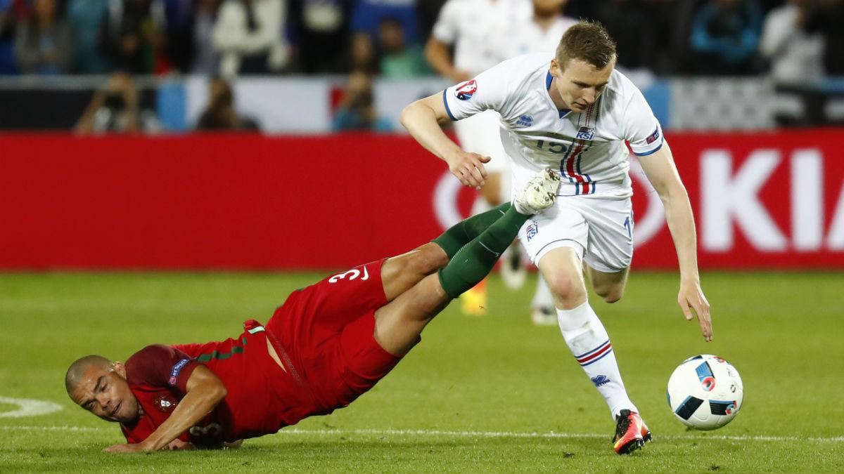 Pepe, en una acción del Portugal-Islandia. (Reuters)