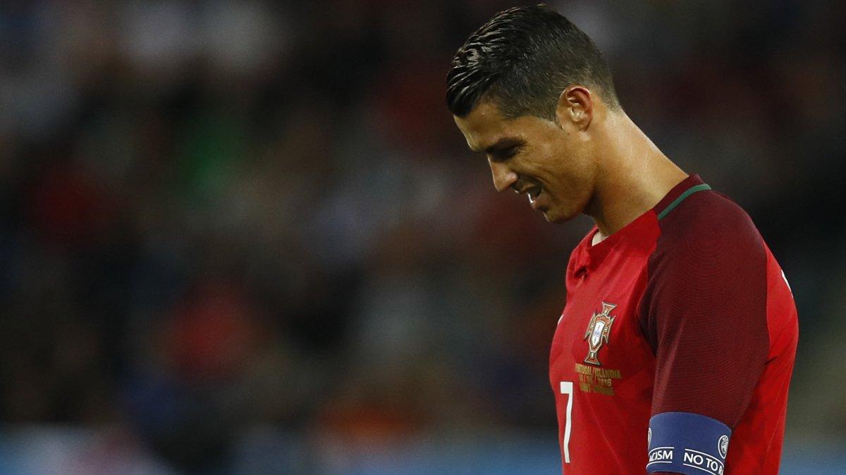 Cristiano Ronaldo, cabizbajo tras empatar ante Islandia. (Reuters)