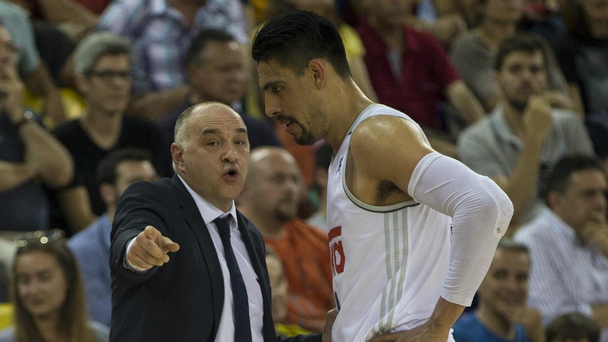 Gustavo Ayón y Pablo Laso, durante un partido. (EFE)