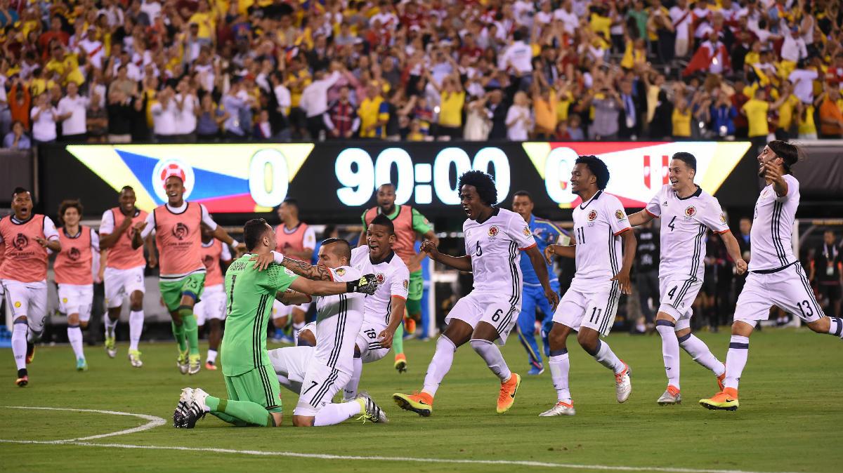 Los jugadores de Colombia se abrazan a Ospina. (AFP)