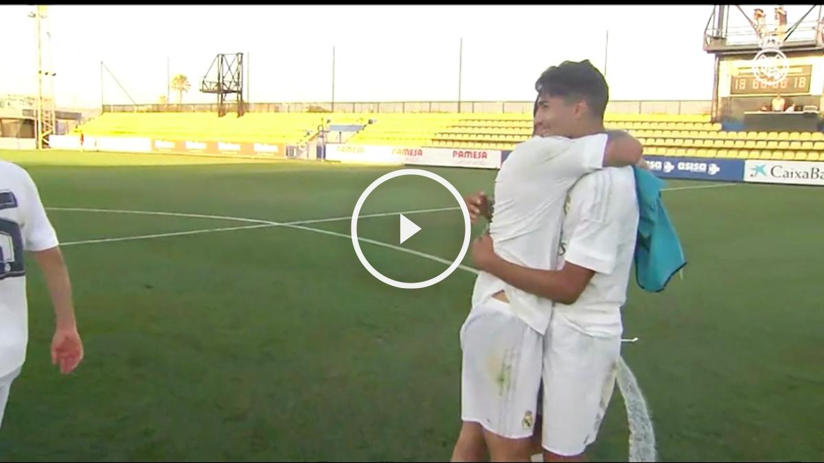 Los jugadores del Juvenil A se abrazan.