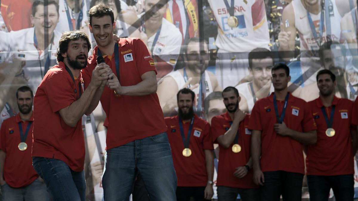 Víctor Claver y Sergio Llull celebran juntos pasado oro en el EuroBasket. (Getty)