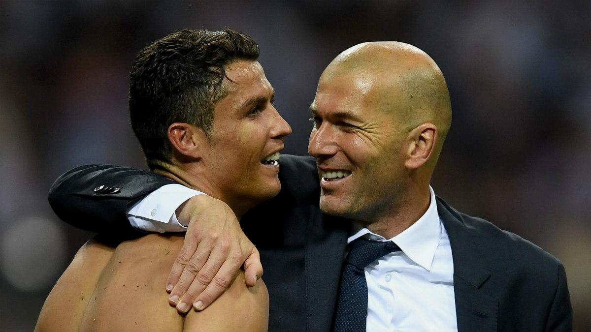 Cristiano se abraza a Zidane tras ganar La Undécima. (AFP)