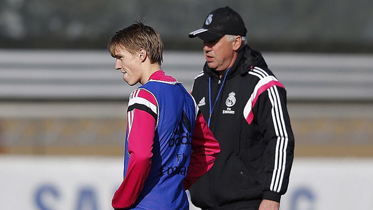 Ancelotti y Odegaard, durante un entrenamiento del Real Madrid.