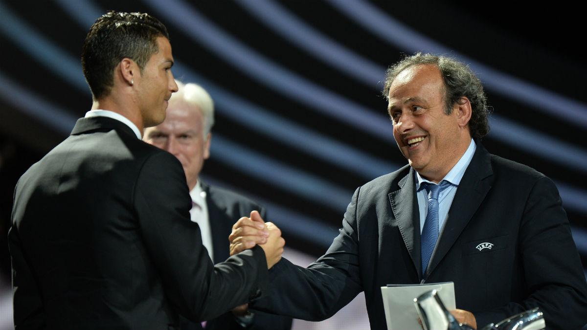 Platini entrega a Cristiano el premio a Mejor Jugador de Europa. (Getty)
