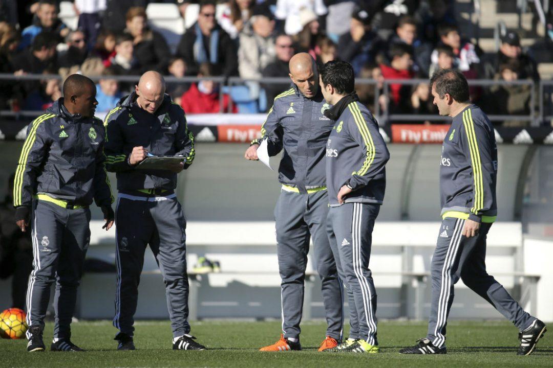 Zinedine Zidane, junto a sus ayudantes en Valdebebas. (AFP)