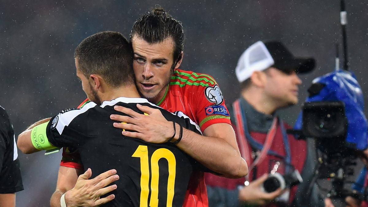 Bale y Hazard, abrazados tras el partido de clasificación para la Eurocopa.