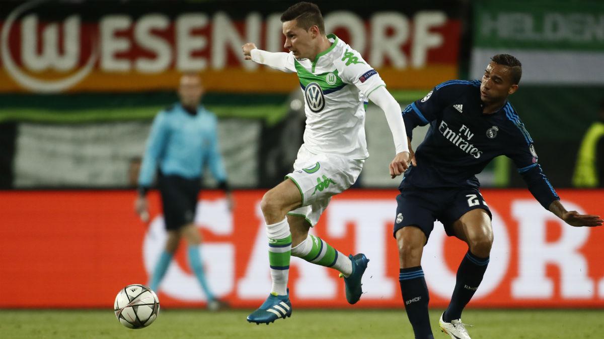 Draxler controla el balón ante Danilo en Wolfsburgo. (AFP)