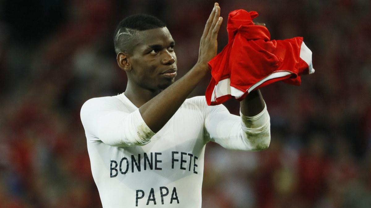 Pogba, con una camiseta en homenaje a su padre. (Reuters)