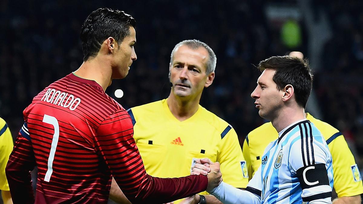 Cristiano y Messi se saludan antes de un partido entre Portugal y Argentina.