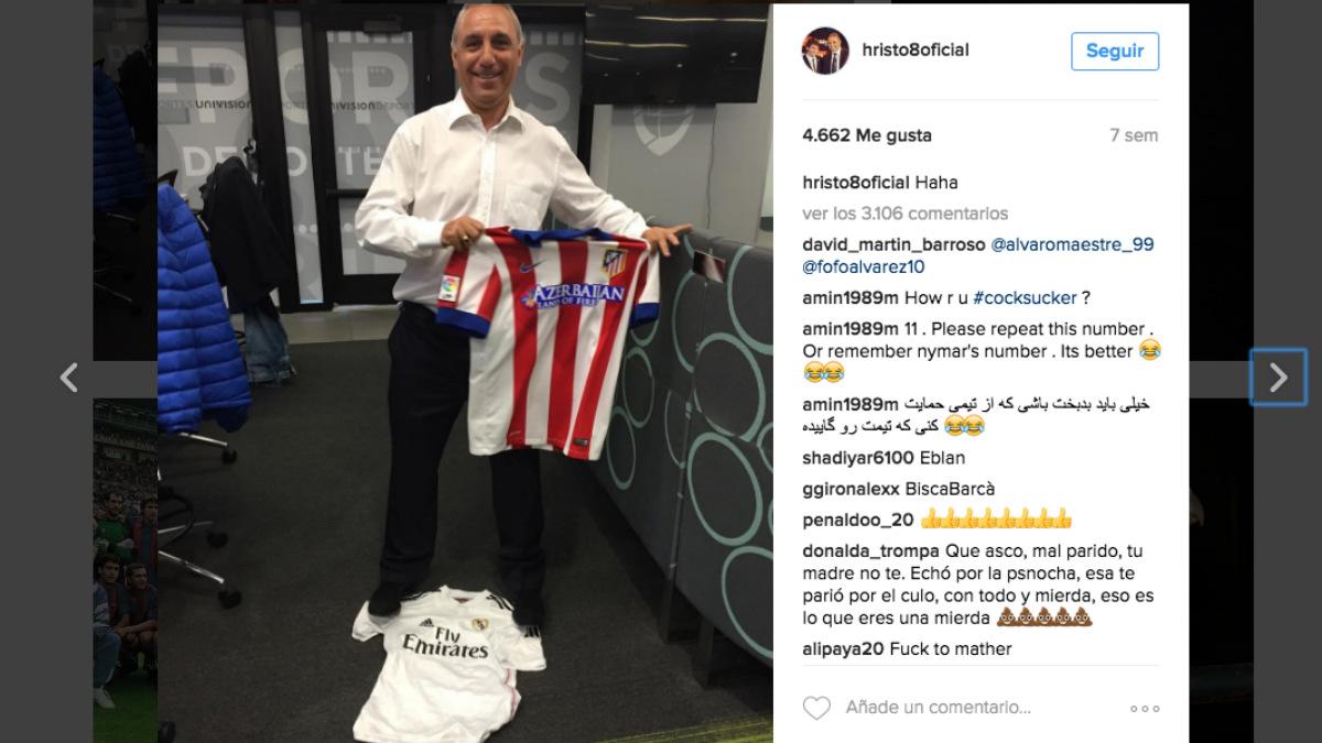 Stoichkov posa con la camiseta del Atleti mientras pisa la del Madrid. (Instagram Stoichkov)