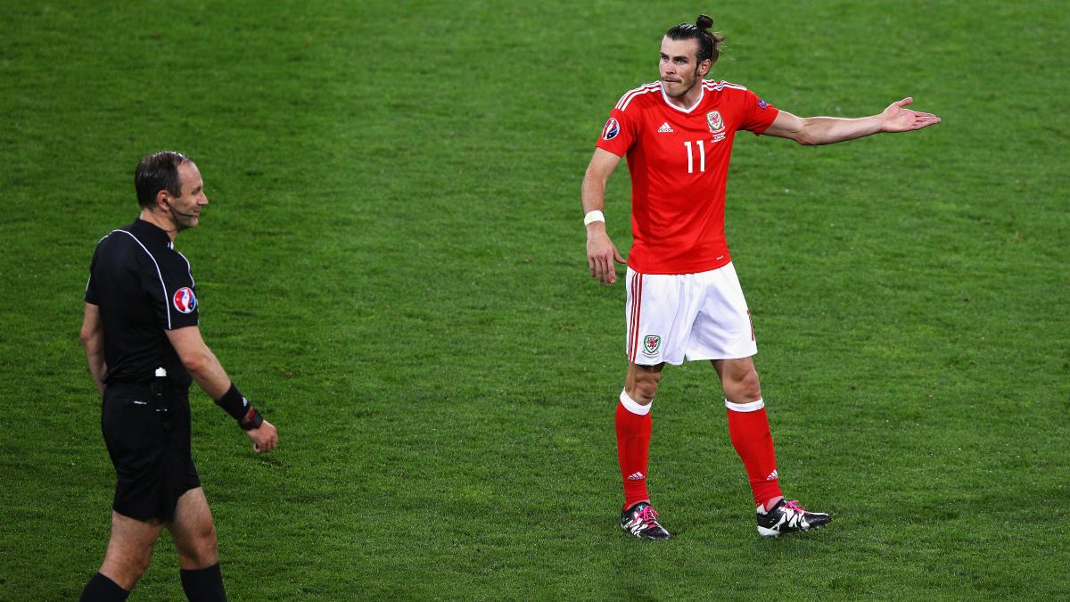 Jonas Erikkson y Bale. en un partido de Gales. (Getty)